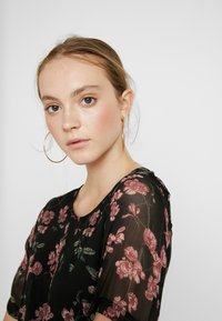 Vero Moda - VMMALLIE BELT SHORT DRESS - Denní šaty - black/mallie - 4