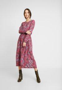 Vero Moda - VMMALLIE SMOCK DRESS - Vapaa-ajan mekko - hawthorn rose - 0