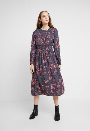 VMMALLIE SMOCK DRESS - Denní šaty - ombre blue/mallie