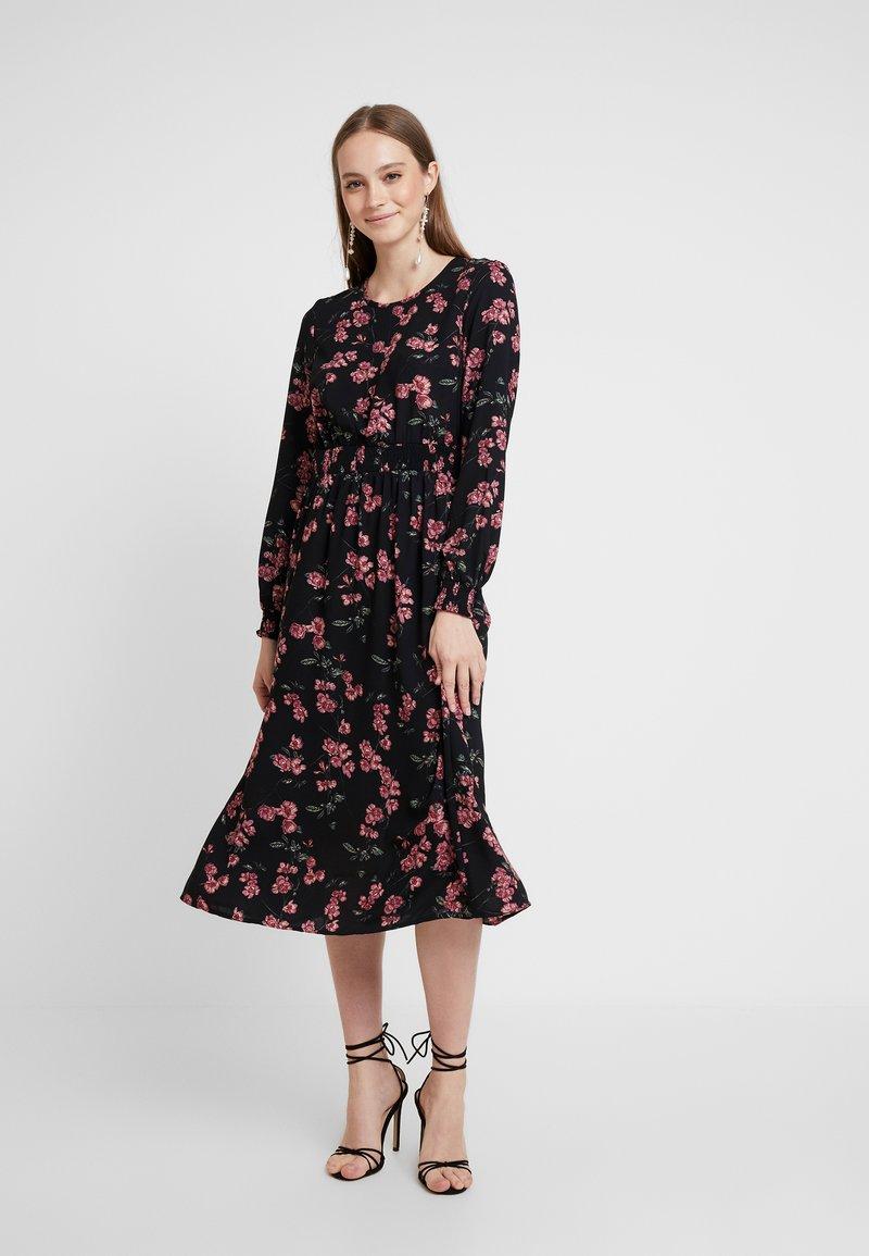 Vero Moda - VMMALLIE SMOCK DRESS - Freizeitkleid - black/mallie