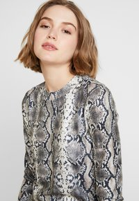 Vero Moda - VMSNACK O-NECK DRESS - Strikket kjole - snow white/birch/silver mink - 5