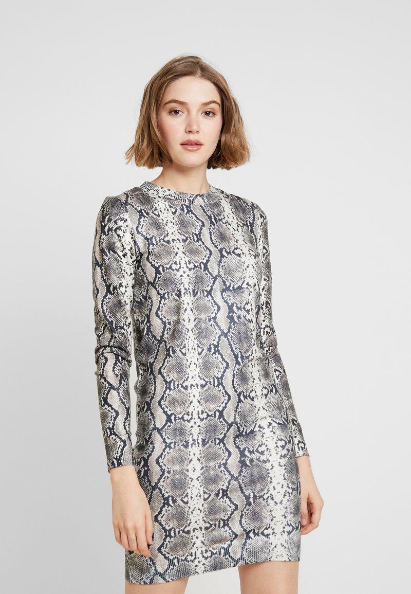 Vero Moda - VMSNACK O-NECK DRESS - Strickkleid - snow white/birch/silver mink