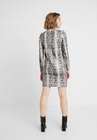 Vero Moda - VMSNACK O-NECK DRESS - Strikket kjole - snow white/birch/silver mink - 3