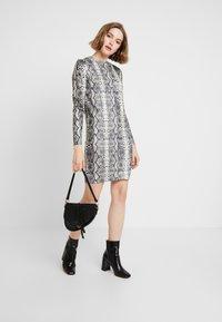Vero Moda - VMSNACK O-NECK DRESS - Strikket kjole - snow white/birch/silver mink - 2