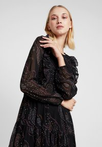Vero Moda - VMELLIE ANCLE DRESS - Maxi šaty - black/ellie - 6