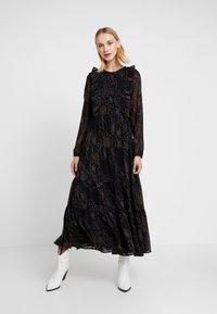 Vero Moda - VMELLIE ANCLE DRESS - Maxi šaty - black/ellie - 0
