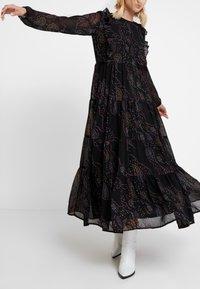 Vero Moda - VMELLIE ANCLE DRESS - Maxi šaty - black/ellie - 4