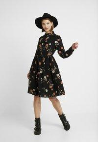 Vero Moda - VMFALLIE - Sukienka letnia - black/fallie - 2