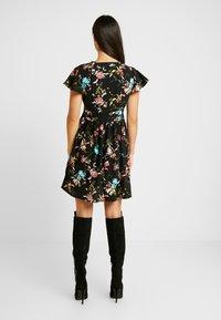Vero Moda - VMABBIE SHORT DRESS - Denní šaty - black/abbie - 3