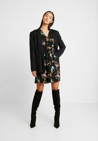 Vero Moda - VMABBIE SHORT DRESS - Denní šaty - black/abbie - 2