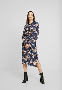 Vero Moda - VMLIANA CALF DRESS - Skjortekjole - black/blue liana - 1