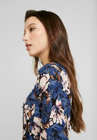 Vero Moda - VMLIANA CALF DRESS - Skjortekjole - black/blue liana - 5