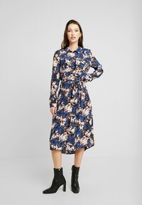 Vero Moda - VMLIANA CALF DRESS - Skjortekjole - black/blue liana - 0