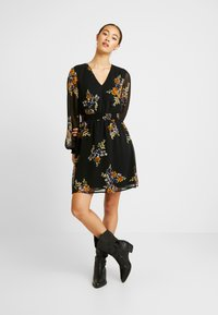 Vero Moda - VMALLIE SHORT SMOCK DRESS - Vestito estivo - black/allie - 2
