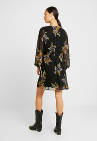 Vero Moda - VMALLIE SHORT SMOCK DRESS - Vestito estivo - black/allie - 3