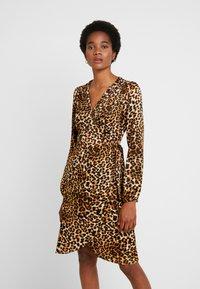 Vero Moda - VMGAMMA WRAP DRESS - Korte jurk - pristine - 0