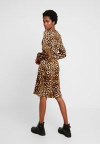 Vero Moda - VMGAMMA WRAP DRESS - Korte jurk - pristine - 3
