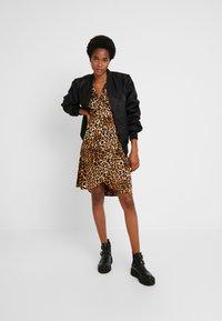 Vero Moda - VMGAMMA WRAP DRESS - Korte jurk - pristine - 2
