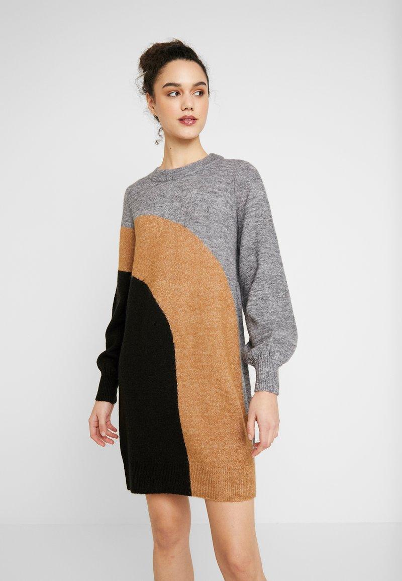 Vero Moda - VMAGOURAWAVE O-NECK DRESS - Jumper dress - medium grey melange/tobacco