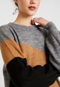 Vero Moda - VMAGOURAWAVE O-NECK DRESS - Jumper dress - medium grey melange/tobacco - 6