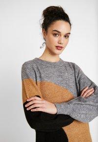 Vero Moda - VMAGOURAWAVE O-NECK DRESS - Jumper dress - medium grey melange/tobacco - 4