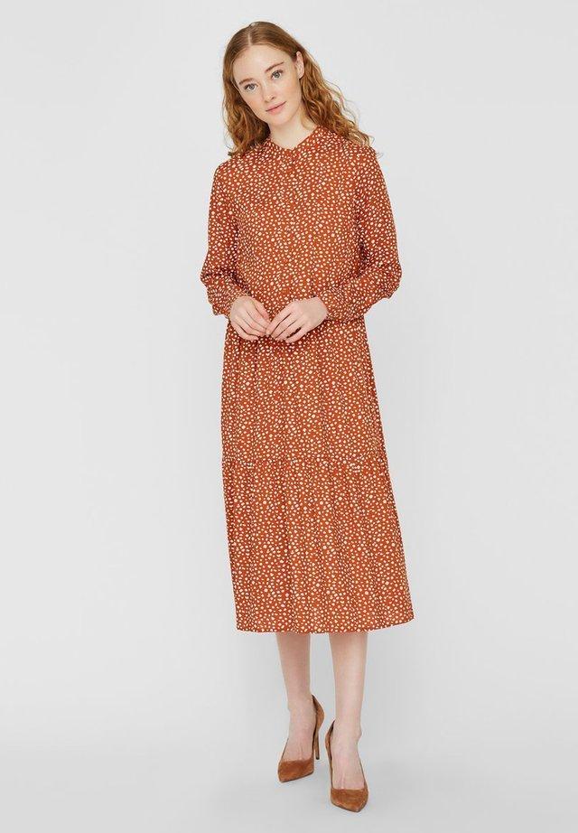 MIDIKLEID STEHKRAGEN - Skjortklänning - burnt orange