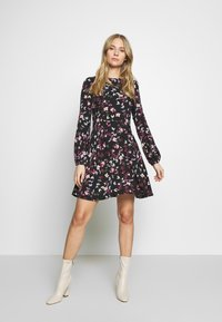 Vero Moda - VMBILLIE SHORT DRESS - Vapaa-ajan mekko - black/billie - 1