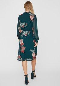 Vero Moda - Robe d'été - evergreen - 2