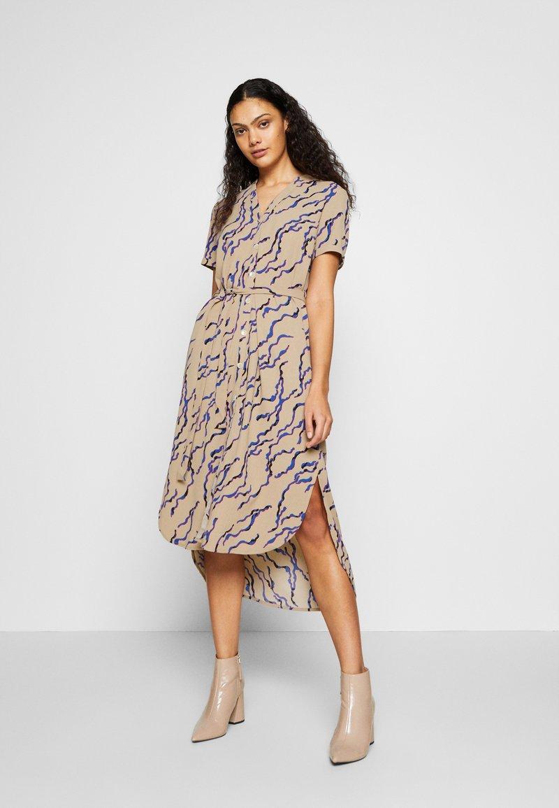 Vero Moda - VMRICA DRESS - Robe chemise - silver mink/rica