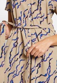 Vero Moda - VMRICA DRESS - Robe chemise - silver mink/rica - 5