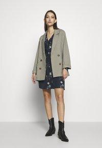 Vero Moda - VMFALLIE TIE DRESS - Kjole - navy blazer - 1