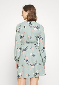 Vero Moda - VMFALLIE TIE DRESS - Vapaa-ajan mekko - green milieu - 2