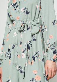 Vero Moda - VMFALLIE TIE DRESS - Vapaa-ajan mekko - green milieu - 5