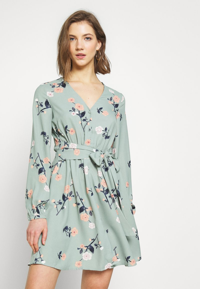 Vero Moda - VMFALLIE TIE DRESS - Vapaa-ajan mekko - green milieu