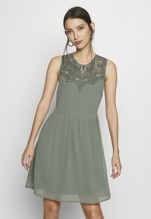 VMYASMIN SHORT DRESS - Cocktailkleid/festliches Kleid - laurel wreath