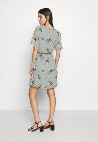 Vero Moda - VMFALLIE BELT DRESS - Kjole - green milieu - 2