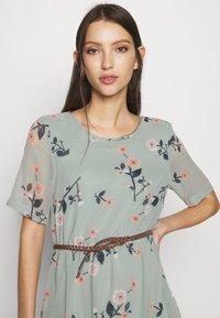 Vero Moda - VMFALLIE BELT DRESS - Vestido informal - green milieu - 4
