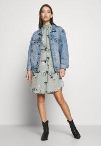 Vero Moda - VMFALLIE DRESS - Denní šaty - green milieu/fallie - 1