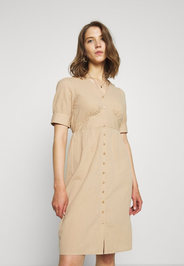 VMKASSANDRA KNEE DRESS - Vestido camisero - beige