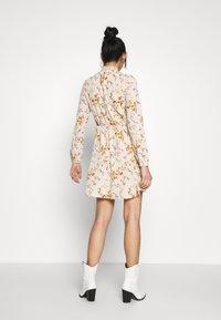 Vero Moda - VMKISSEY SHORT DRESS - Kjole - birch/kissey - 2