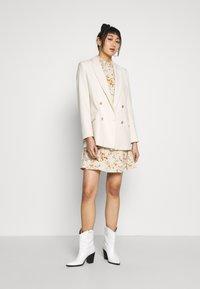 Vero Moda - VMKISSEY SHORT DRESS - Kjole - birch/kissey - 1
