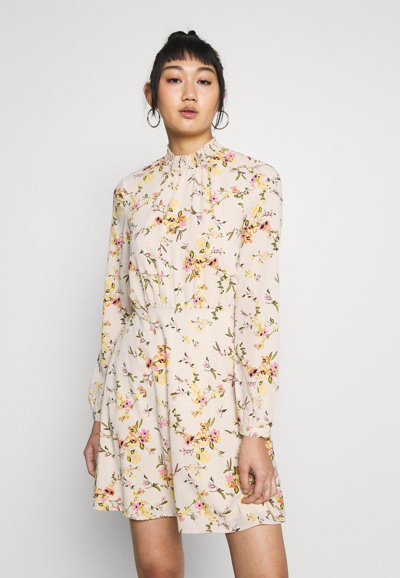 Vero Moda - VMKISSEY SHORT DRESS - Kjole - birch/kissey