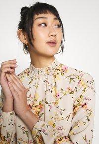 Vero Moda - VMKISSEY SHORT DRESS - Kjole - birch/kissey - 5