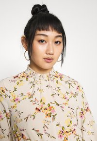 Vero Moda - VMKISSEY SHORT DRESS - Kjole - birch/kissey - 3