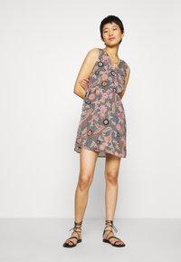 Vero Moda - VMNUKA DRESS - Denní šaty - carnelian/nuka - 1