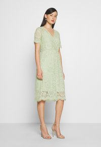 Vero Moda - VMSOFIE CALF  DRESS - Cocktailklänning - laurel green - 0