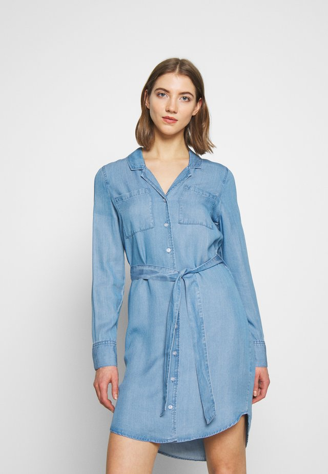 VMLISA BELT SHIRT DRESS - Jeanskleid - light blue