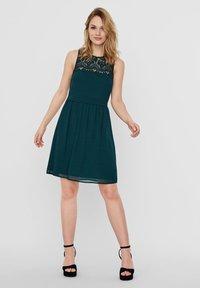 Vero Moda - VMVANESSA SHORT DRESS - Vestido de cóctel - ponderosa pine - 1