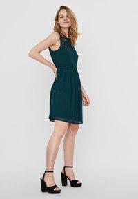 Vero Moda - VMVANESSA SHORT DRESS - Vestido de cóctel - ponderosa pine - 3