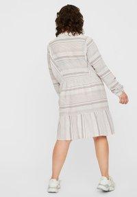 Vero Moda Curve - KLEID GESTREIFTES - Korte jurk - snow white - 2